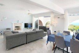 Гостиная. Кипр, Пейя : Роскошная вилла с фантастическим видом на Средиземное море, с 4-мя спальнями, 4-мя ванными комнатами, бассейном, джакузи, бильярдом, патио, настольным теннисом, расположена на берегу моря