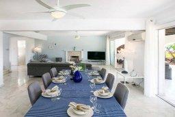 Гостиная. Кипр, Пейя : Роскошная вилла с бассейном, джакузи и двориком с барбекю, 50 метров до пляжа, 4 спальни, 4 ванные комнаты, бильярд, настольный теннис, парковка, Wi-Fi