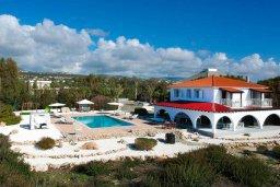 Фасад дома. Кипр, Пейя : Роскошная вилла с бассейном, джакузи и двориком с барбекю, 50 метров до пляжа, 4 спальни, 4 ванные комнаты, бильярд, настольный теннис, парковка, Wi-Fi