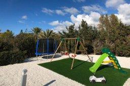 Детская площадка. Кипр, Пейя : Роскошная вилла с бассейном, джакузи и двориком с барбекю, 50 метров до пляжа, 4 спальни, 4 ванные комнаты, бильярд, настольный теннис, парковка, Wi-Fi