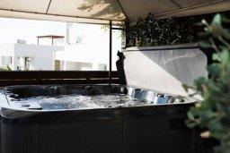 Зона отдыха у бассейна. Кипр, Корал Бэй : Современная вилла с 3-мя спальнями, 3-мя ванными комнатами, с бассейном, джакузи, патио и бильярдом, расположена в самом центре Coral Bay