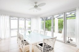 Обеденная зона. Кипр, Корал Бэй : Современная вилла с 3-мя спальнями, 3-мя ванными комнатами, с бассейном, джакузи, патио и бильярдом, расположена в самом центре Coral Bay