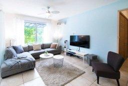 Гостиная. Кипр, Корал Бэй : Современная вилла с 3-мя спальнями, 3-мя ванными комнатами, с бассейном, джакузи, патио и бильярдом, расположена в самом центре Coral Bay