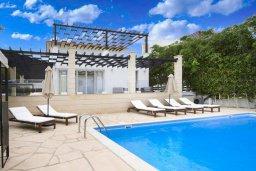 Фасад дома. Кипр, Корал Бэй : Современная вилла с 3-мя спальнями, 3-мя ванными комнатами, с бассейном, джакузи, патио и бильярдом, расположена в самом центре Coral Bay