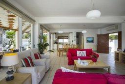 Гостиная. Кипр, Пернера : Комфортабельная вилла с 3-мя спальнями, с бассейном с ограждением для детей, с частным двориком с крытой террасой с патио и барбекю, расположена в тихом районе Протараса в 100 метрах от моря