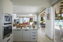 Кухня. Кипр, Пернера : Комфортабельная вилла с 3-мя спальнями, с бассейном с ограждением для детей, с частным двориком с крытой террасой с патио и барбекю, расположена в тихом районе Протараса в 100 метрах от моря