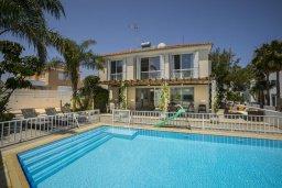 Фасад дома. Кипр, Пернера : Комфортабельная вилла с 3-мя спальнями, с бассейном с ограждением для детей, с частным двориком с крытой террасой с патио и барбекю, расположена в тихом районе Протараса в 100 метрах от моря
