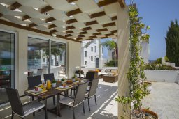 Обеденная зона. Кипр, Пернера : Комфортабельная вилла с 3-мя спальнями, с бассейном с ограждением для детей, с частным двориком с крытой террасой с патио и барбекю, расположена в тихом районе Протараса в 100 метрах от моря
