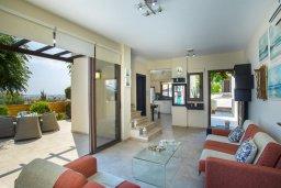 Гостиная. Кипр, Коннос Бэй : Уютная вилла с видом на море, 2-мя спальнями, приватным двориком с солнечной террасой с патио и барбекю