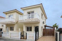 Фасад дома. Кипр, Пернера : Уютная вилла с 2-мя спальнями. приватным двориком, тенистой террасой с патио, расположена в комплексе с бассейном