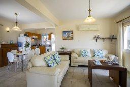 Гостиная. Кипр, Пернера Тринити : Прекрасная вилла с 2-мя спальнями, с бассейном, тенистой террасой с патио и каменным барбекю, расположена в 150 метров от пляжа Trinity Beach (Ayia Triada)