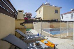 Зона отдыха у бассейна. Кипр, Пернера Тринити : Прекрасная вилла с 2-мя спальнями, с бассейном, тенистой террасой с патио и каменным барбекю, расположена в 150 метров от пляжа Trinity Beach (Ayia Triada)