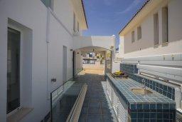 Территория. Кипр, Пернера : Роскошная вилла с панорамным видом на море, с 5-ю спальнями, 4-мя ванными комнатами, бассейном, зелёной лужайкой, тенистой террасой с патио и барбекю, расположена  на берегу залива Sirina Bay