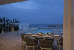 Зона отдыха у бассейна. Кипр, Пернера : Роскошная пляжная вилла с панорамным видом на море, с 5-ю спальнями, 5-ю ванными комнатами, с бассейном, джакузи, кинозалом, тренажерным залом, барбекю, расположена в 20 метрах от моря в тихом районе Пернера