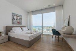 Спальня. Кипр, Пернера : Роскошная пляжная вилла с панорамным видом на море, с 5-ю спальнями, 5-ю ванными комнатами, с бассейном, джакузи, кинозалом, тренажерным залом, барбекю, расположена в 20 метрах от моря в тихом районе Пернера