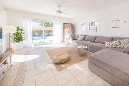 Гостиная. Кипр, Пейя : Прекрасная вилла с видом на побережье, с 4-мя спальнями, 2-мя ванными комнатами, с бассейном и джакузи, патио и барбекю