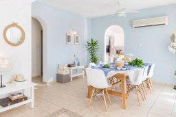 Обеденная зона. Кипр, Пейя : Прекрасная вилла с видом на побережье, с 4-мя спальнями, 2-мя ванными комнатами, с бассейном и джакузи, патио и барбекю