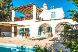 Фасад дома. Кипр, Пейя : Прекрасная вилла с видом на побережье, с 4-мя спальнями, 2-мя ванными комнатами, с бассейном и джакузи, патио и барбекю