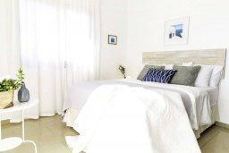 Спальня. Кипр, Киссонерга : Прекрасная вилла с 4-мя спальнями, 3-мя ванными комнатами, с бассейном и джакузи, патио и барбекю, расположена недалеко от традиционной кипрской деревни Kissonerga