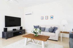 Гостиная. Кипр, Корал Бэй : Роскошная вилла с невероятным видом на море, с 3-мя спальнями, 2-мя ванными комнатами, бассейном, бильярдом, настольным теннисом и барбекю, расположена на пляже в Coral Bay