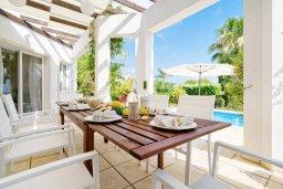 Обеденная зона. Кипр, Корал Бэй : Роскошная вилла с невероятным видом на море, с 3-мя спальнями, 2-мя ванными комнатами, бассейном, бильярдом, настольным теннисом и барбекю, расположена на пляже в Coral Bay