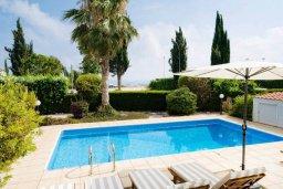 Бассейн. Кипр, Корал Бэй : Роскошная вилла с невероятным видом на море, с 3-мя спальнями, 2-мя ванными комнатами, бассейном, бильярдом, настольным теннисом и барбекю, расположена на пляже в Coral Bay
