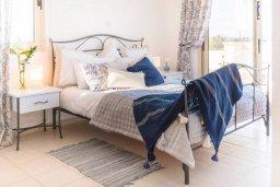 Спальня. Кипр, Св.Георг : Удивительная вилла с видом на море, с 4-мя спальнями, 3-мя ванными комнатами, с бассейном, джакузи, тенистой терраой с патио, детской площадкой, расположена в престижном районе St.George