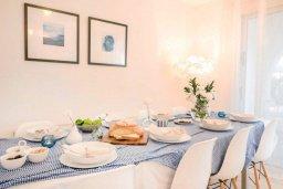Обеденная зона. Кипр, Св.Георг : Удивительная вилла с видом на море, с 4-мя спальнями, 3-мя ванными комнатами, с бассейном, джакузи, тенистой терраой с патио, детской площадкой, расположена в престижном районе St.George
