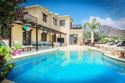 Фасад дома. Кипр, Пейя : Сказочная вилла с потрясающим видом на горы и побережье Paphos, с 4-мя спальнями, с 3-мя ванными комнатами, с бассейном и джакузи, настольным теннисом, патио и барбекю