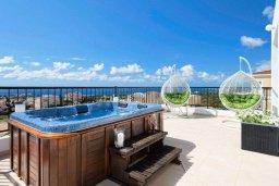 Терраса. Кипр, Св.Георг : Прекрасная вилла с бассейном и джакузи, 4 спальни, 5 ванных комнат, бильярд, настольный теннис, барбекю, парковка, Wi-Fi