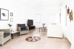 Гостиная. Кипр, Св.Георг : Шикарная просторная вилла 6-ю спальнями, 3-мя ванными комнатами, с бассейном и джакузи, патио, бильярдом, настольным теннисом и барбекю, расположена у входа на полуостров Akamas