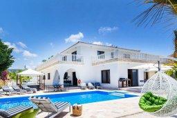 Фасад дома. Кипр, Св.Георг : Шикарная просторная вилла 6-ю спальнями, 3-мя ванными комнатами, с бассейном и джакузи, патио, бильярдом, настольным теннисом и барбекю, расположена у входа на полуостров Akamas