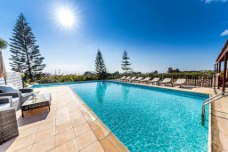 Бассейн. Кипр, Си Кейвз : Прекрасная вилла с большим бассейном и джакузи, 4 спальни, 3 ванные комнаты, бильярд, настольный теннис, барбекю, парковка, Wi-Fi