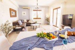 Гостиная. Кипр, Си Кейвз : Прекрасная вилла с большим бассейном и джакузи, 4 спальни, 3 ванные комнаты, бильярд, настольный теннис, барбекю, парковка, Wi-Fi