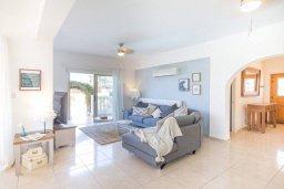 Гостиная. Кипр, Киссонерга : Шикарная вилла с 5-ю спальнями, 3-мя ванными комнатами, бассейном, джакузи, в окружении зелёного сада, с патио и барбекю, расположена в Kissonerga