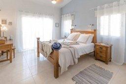 Спальня. Кипр, Киссонерга : Шикарная вилла с 5-ю спальнями, 3-мя ванными комнатами, бассейном, джакузи, в окружении зелёного сада, с патио и барбекю, расположена в Kissonerga
