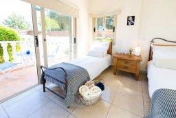 Спальня 2. Кипр, Киссонерга : Шикарная вилла с 5-ю спальнями, 3-мя ванными комнатами, бассейном, джакузи, в окружении зелёного сада, с патио и барбекю, расположена в Kissonerga
