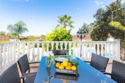 Обеденная зона. Кипр, Киссонерга : Шикарная вилла с 5-ю спальнями, 3-мя ванными комнатами, бассейном, джакузи, в окружении зелёного сада, с патио и барбекю, расположена в Kissonerga