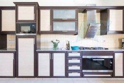 Кухня. Кипр, Киссонерга : Шикарная вилла с 5-ю спальнями, 3-мя ванными комнатами, бассейном, джакузи, в окружении зелёного сада, с патио и барбекю, расположена в Kissonerga