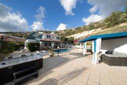 Территория. Кипр, Пейя : Роскошная вилла с бассейном, зеленым двориком с джакузи, бильярдом, барбекю, 5 спален, 3 ванные комнаты, парковка, Wi-Fi