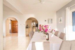 Обеденная зона. Кипр, Пейя : Роскошная вилла с бассейном, зеленым двориком с джакузи, бильярдом, барбекю, 5 спален, 3 ванные комнаты, парковка, Wi-Fi