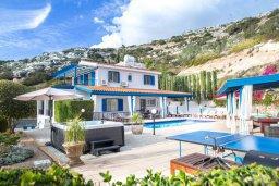Фасад дома. Кипр, Пейя : Потрясающая вилла с видом на побережье Пафоса, с 5-ю спальнями, 3-мя ванными комнатами, бассейном, зелёным садом, джакузи, бильярдом, патио и барбекю