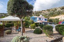Территория. Кипр, Пейя : Потрясающая вилла с видом на побережье Пафоса, с 5-ю спальнями, 3-мя ванными комнатами, бассейном, зелёным садом, джакузи, бильярдом, патио и барбекю