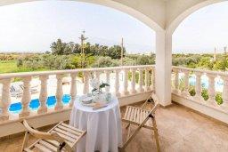 Балкон. Кипр, Св.Георг : Роскошная вилла с бассейном, джакузи и зеленым двориком с барбекю, 5 спален, 4 ванные комнаты, парковка, Wi-Fi