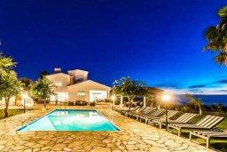 Территория. Кипр, Киссонерга : Впечатляющая вилла с потрясающим видом на горы и море, с 5-ю спальнями, 4-мя ванными комнатами, с бассейном и джакузи, зелёным садом с патио и барбекю