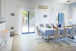 Обеденная зона. Кипр, Пейя : Роскошная вилла с бассейном, джакузи и двориком с барбекю, 4 спальни, 3 ванные комнаты, настольный теннис, парковка, Wi-Fi
