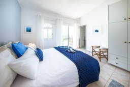 Спальня. Кипр, Пейя : Прекрасная вилла с потрясающим видом на Средиземное море, с 4-мя спальнями, 3-мя ванными комнатами, с бассейном и джакузи, зелёным садом, патио, настольным теннисом и барбекю, расположена на вершине горы в Peyia