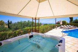 Зона отдыха у бассейна. Кипр, Пейя : Прекрасная вилла с потрясающим видом на Средиземное море, с 4-мя спальнями, 3-мя ванными комнатами, с бассейном и джакузи, зелёным садом, патио, настольным теннисом и барбекю, расположена на вершине горы в Peyia