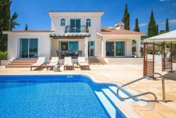 Фасад дома. Кипр, Пейя : Прекрасная вилла с потрясающим видом на Средиземное море, с 4-мя спальнями, 3-мя ванными комнатами, с бассейном и джакузи, зелёным садом, патио, настольным теннисом и барбекю, расположена на вершине горы в Peyia
