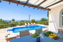 Обеденная зона. Кипр, Пейя : Прекрасная вилла с потрясающим видом на Средиземное море, с 4-мя спальнями, 3-мя ванными комнатами, с бассейном и джакузи, зелёным садом, патио, настольным теннисом и барбекю, расположена на вершине горы в Peyia